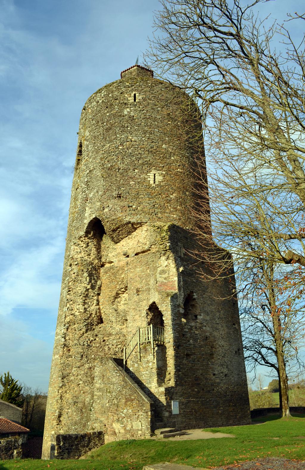 17 vouvant la tour m lusine vestige d un ch oteau fort du xiii me si cle 1